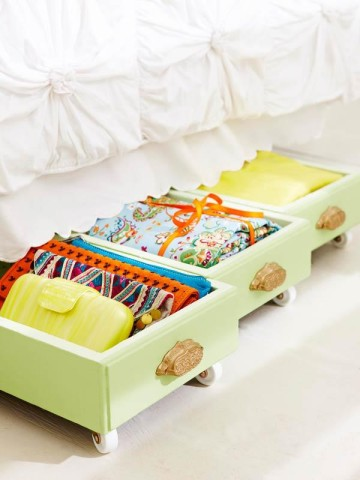 Image Courtesy: http://myhoneysplace.com/diy-storage-space/old-drawers-on-rollers-for-under-bed-storage/