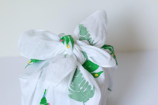 Image Courtesy: http://buggyandbuddy.com/diy-gift-wrap-rockin-art-mom-style-furoshiki/