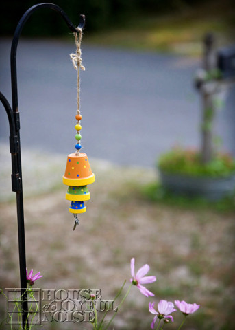 Image Courtesy: http://houseofjoyfulnoise.com/terracotta-flower-pot-wind-chime-tutorial/